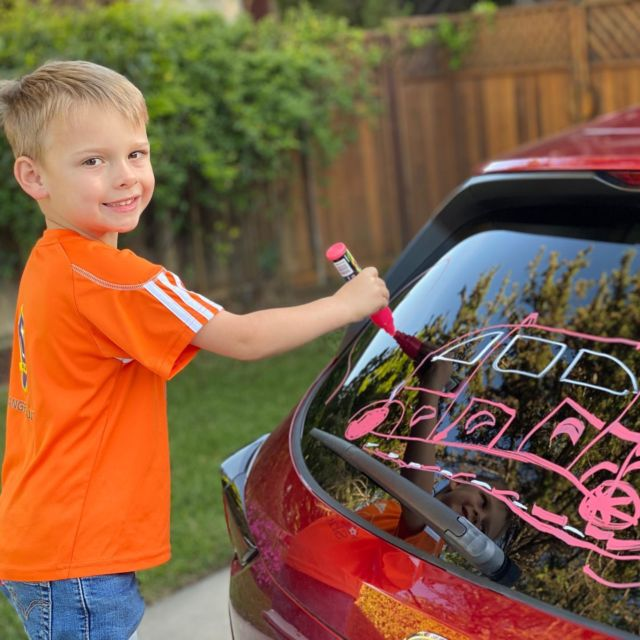 Chalking the car. #cutekids